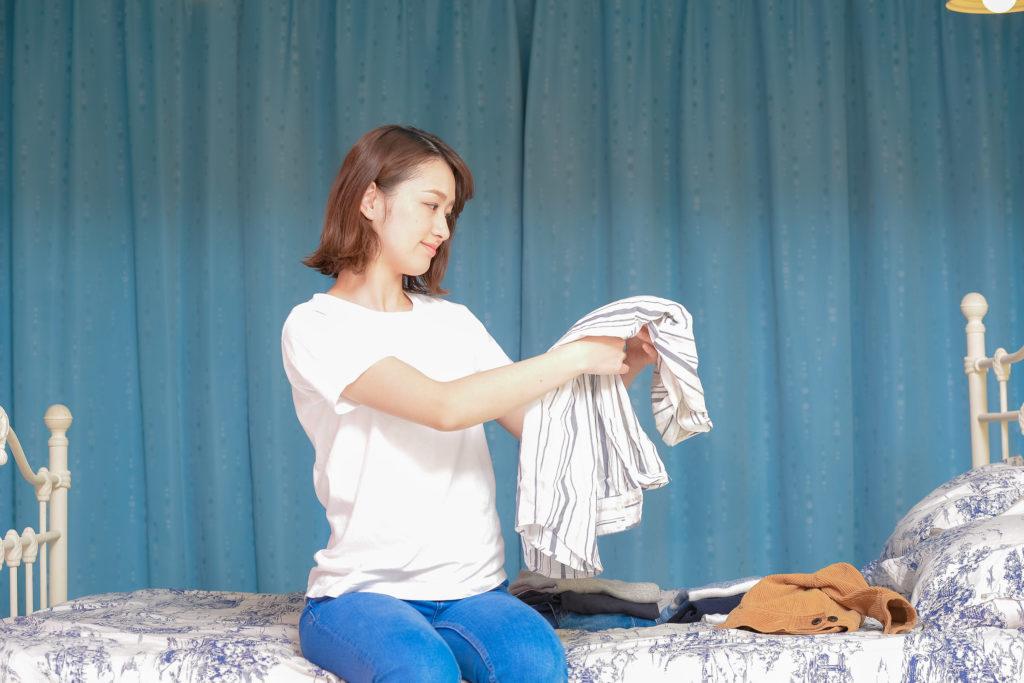 洗濯物を畳む女性 フリー素材