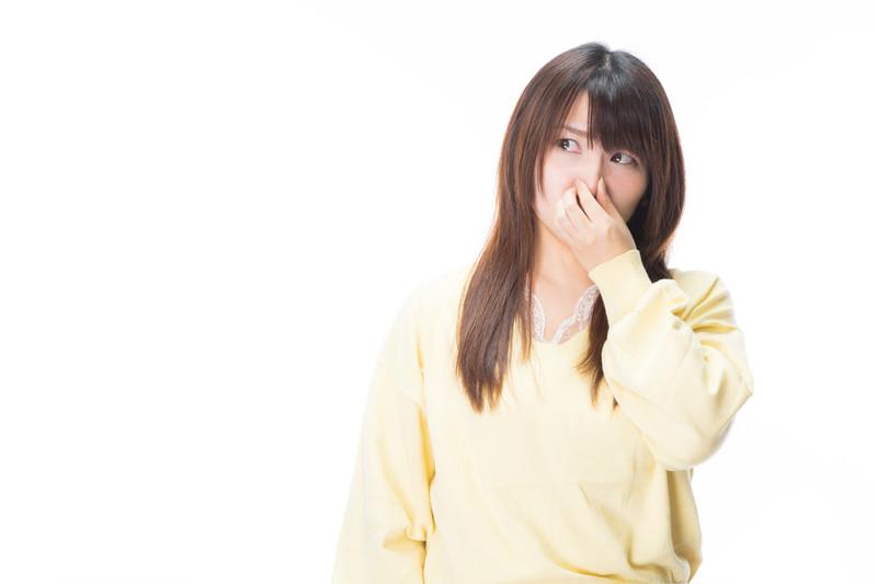 女性が鼻をつまむ程のにおいが充満してるの写真 https://www.pakutaso.com/20180340081post-15633.html